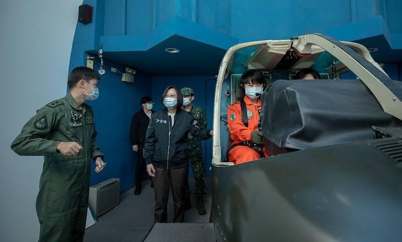 根據審計部最新公佈的109年度中央政府總決算審核報告揭露,國軍各式武器裝備訓練模擬器使用尚有餘裕,國防部應依資源共享等原則,提供教召人員訓練,強化後備召集訓練成效。圖為總統蔡英文視導陸軍航空特戰指揮部飛行訓練指揮部,視導「T型機飛行模擬器」的實際操作。(資料照,總統府提供)