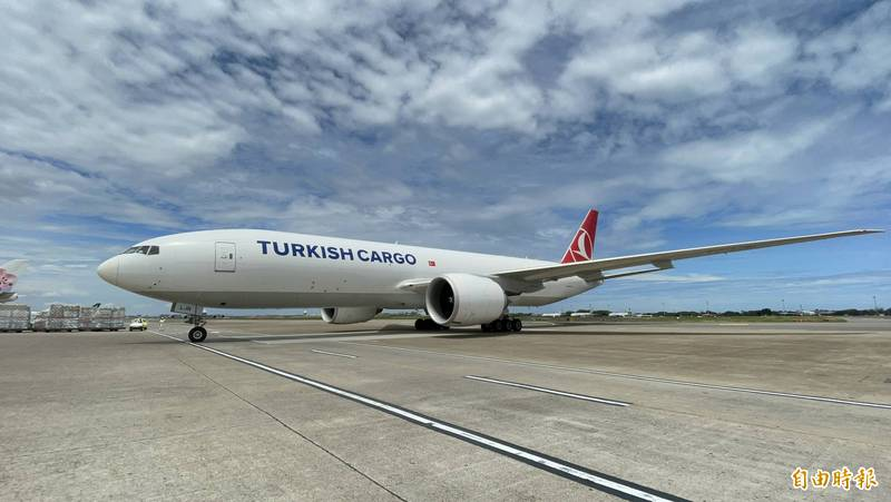 土耳其航空載運立陶宛贈台的2萬劑疫苗,上午10點多抵達桃園機場。(記者朱沛雄攝)
