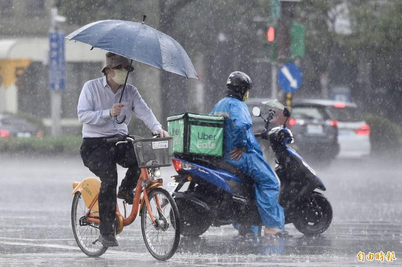 中央氣象局今(31)日晚上7點45分對10縣市發布豪、大雨特報。(資料照)