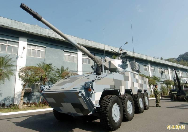 軍方現正進行105公厘戰車砲輪型戰車的研製計畫,已向美國採購2門M68A2型戰車砲,這2門戰車砲在美進行實彈射擊驗證後,規劃可在9月前運抵台灣。圖為軍方先前展示的105公厘輪型戰車。(資料照)
