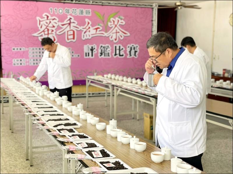 評審團針對各茶園送審的蜜香紅茶茶色、茶香及茶味進行評比。(花蓮瑞穗鄉農會提供)