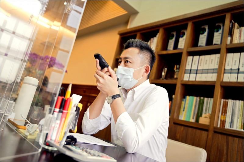 新竹市長林智堅啟動疫後關懷計畫,致電關懷確診者。(市府提供)