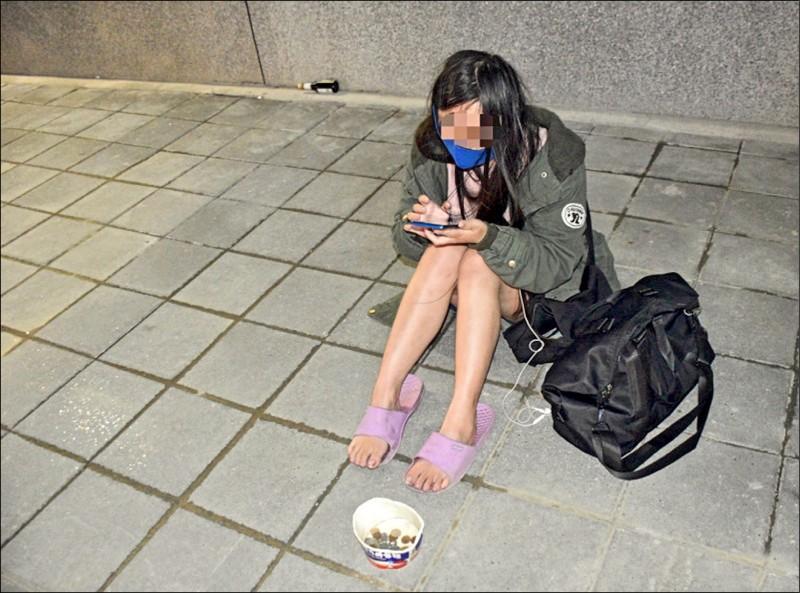 警察通常很少查處移送裁罰乞討者,例如去年底在桃園市中壢火車站前乞討的「24歲短褲妹」,警察也僅止於勸導警告。(資料照)