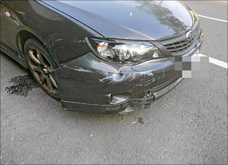 蔡男開車狂追騎機車的妻子,並將妻子撞飛受傷,這起事故還波及路邊3輛機車,蔡男轎車也受損。 (警方提供)