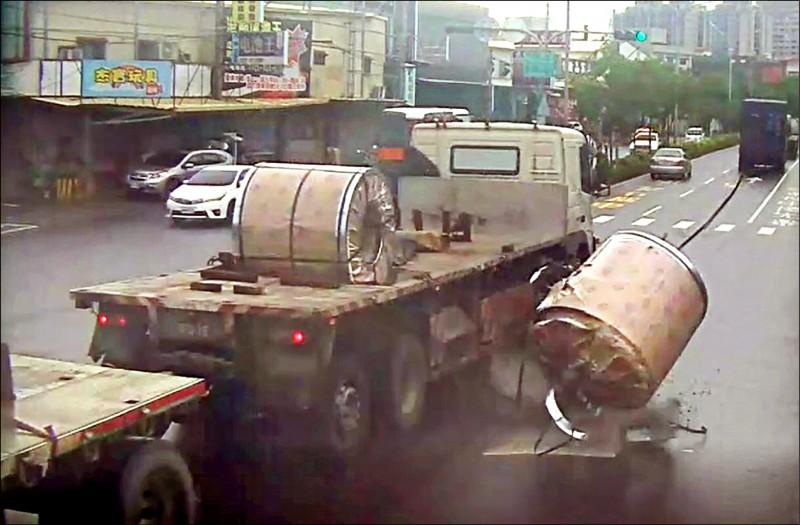 重達8噸的鋼圈掉落,滾向停紅燈的機車騎士。(記者洪定宏翻攝)