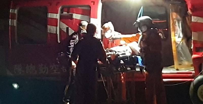 蘭嶼70歲郭姓老翁昨晚因咳嗽吐血,昨天深夜由黑鷹直升機送到台東機場,轉送醫院治療。 (空勤總隊提供)