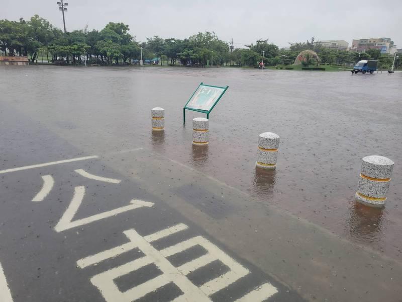 7月31日台南市南區灣裡路62巷道路淹水情形。(圖:民眾提供)