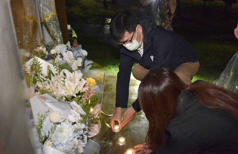 高雄市長陳其邁昨深夜冒雨至氣爆紀念公園,追思7年前的一切。(高市府提供)