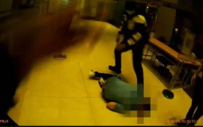 蔡女涉嫌持手電筒毆打2女,警方獲報到場將蔡女制伏逮捕以傷害罪嫌送辦。(讀者提供)