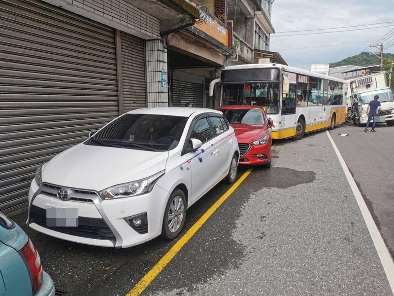 事故共造成4車毀損3人傷。(記者吳昇儒翻攝)