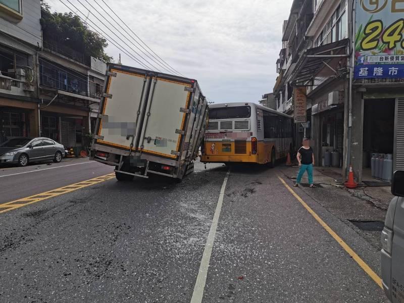 物流貨車撞上前方的客運,造成客運上3名乘客受傷送醫。(記者吳昇儒翻攝)