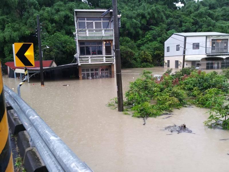 田寮區西德里新路房屋淹水120公分。(民眾提供)