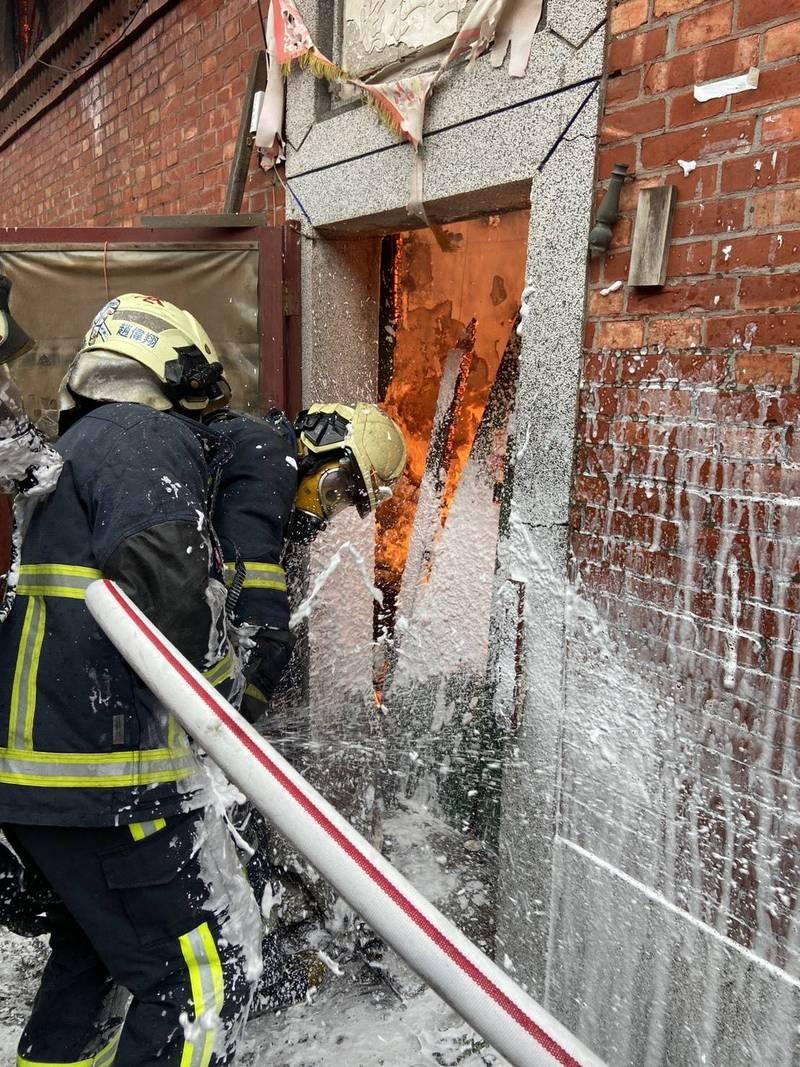 彰化縣鹿港鎮傳出廢棄空屋火災,所幸沒有人員受困。(記者劉曉欣翻攝)