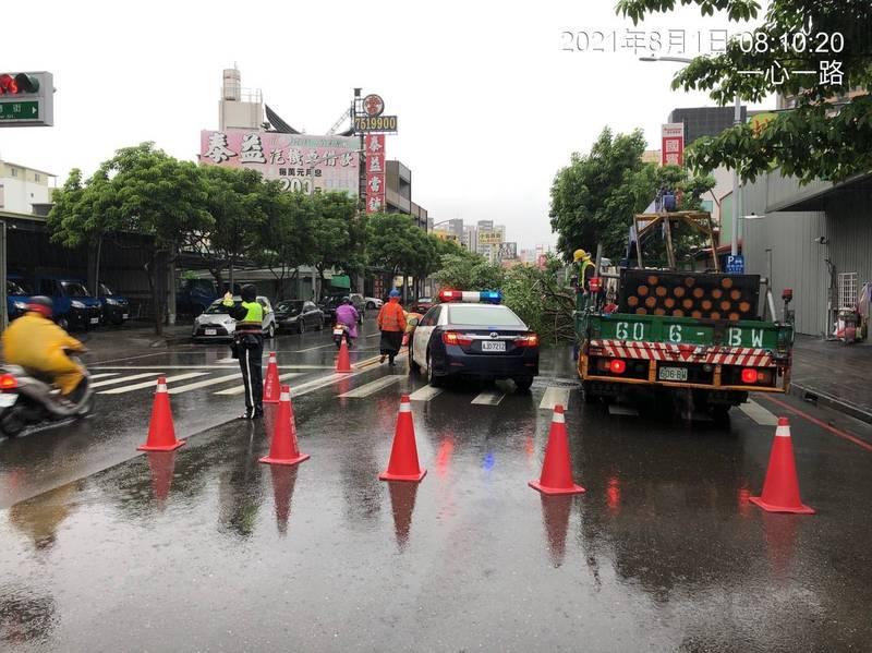 警方到場設置交通錐警示,防止通行人車發生意外,並通報養工處前來排除。(圖警方提供)
