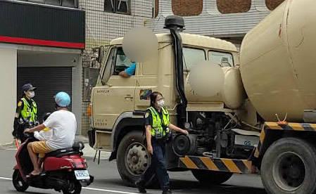 高市警單月取締砂石車違規145件,8月再加派警力強力取締重車違規。(警方提供)