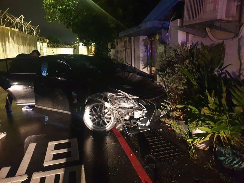 黃、李2人在車上發生口角揮刀相向,導致汽車失控撞車。(記者徐聖倫翻攝)