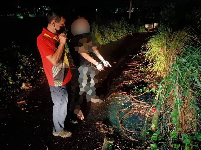 張姓男子等3人趁近日雨夜到工地行竊,新營警方獲報趕抵發現1可疑貨車引擎蓋有餘溫,搜尋後當場人贓俱獲。(讀者提供)