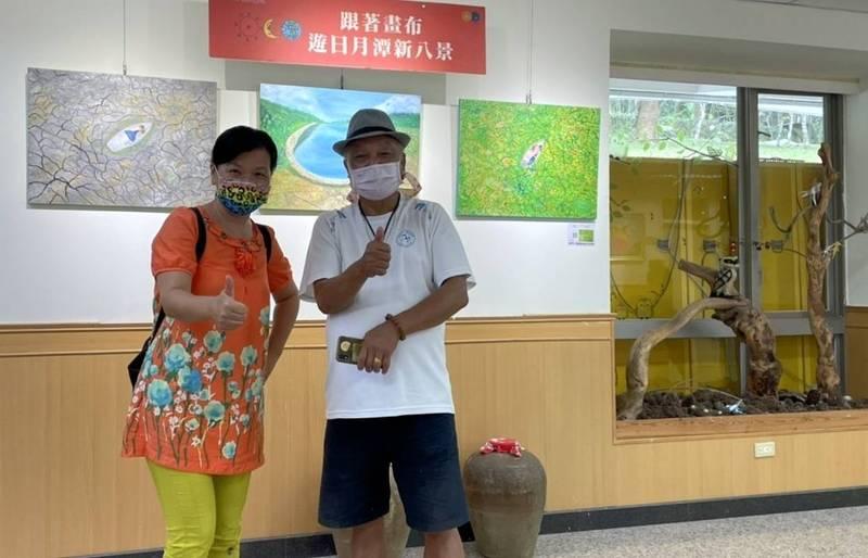 民眾在日月潭青年活動中心欣賞「跟著畫布遊日月潭八景」後,與女畫家許玉音開心合照。(許玉音提供)