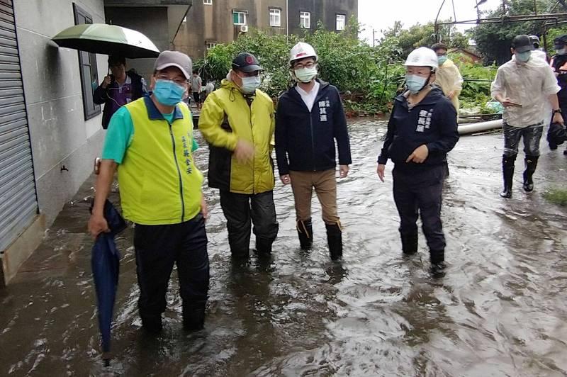 高雄市長陳其邁今到永安新港里勘災。(市府提供)