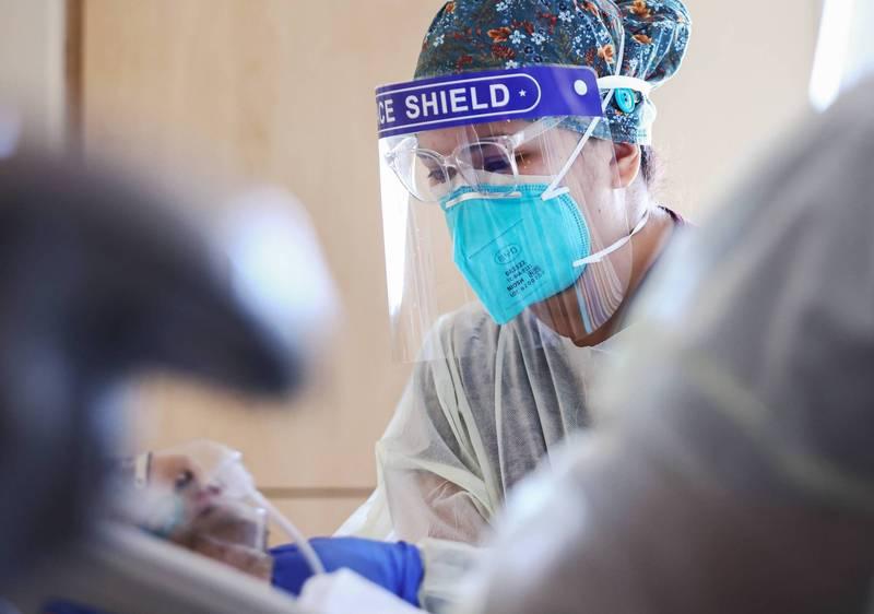 Delta變種病毒可傳染期長達 18天。圖為美國洛杉磯的醫護人員照顧重症病患。(法新社)