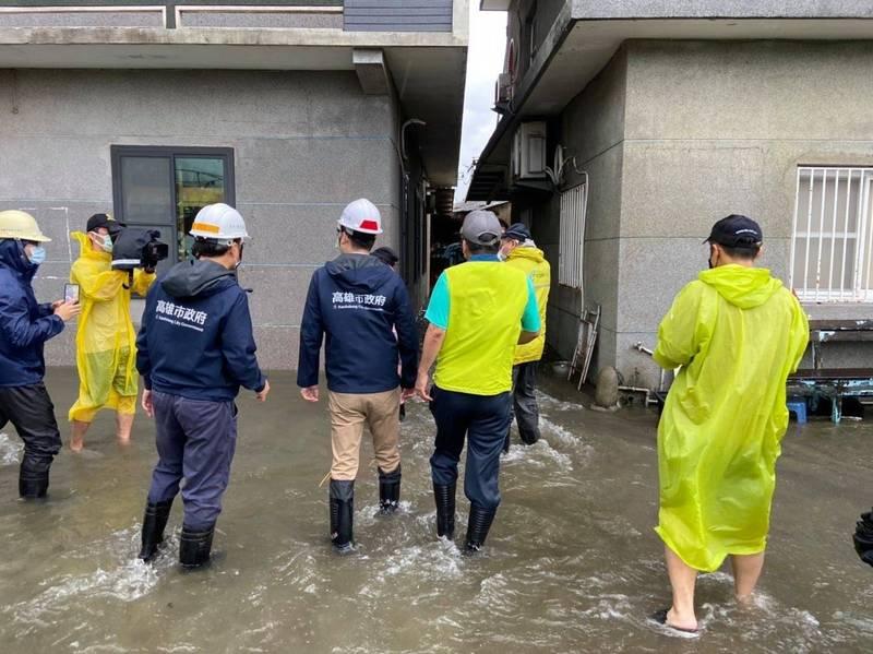 高雄市長陳其邁今會勘低窪區了解水情。(高市府提供)