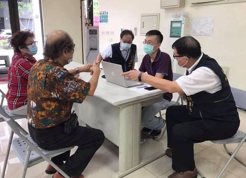 太平區公所在活動中心等18處地點設置「疫苗意願及預約接種登記服務櫃台」,協助民眾登記疫苗注射。(記者陳建志翻攝)