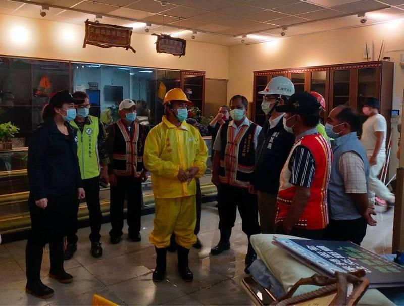 高雄市長陳其邁(白帽)晚間專程趕赴桃源區,關切留在避難所的原民鄉親。(高市原民會提供)