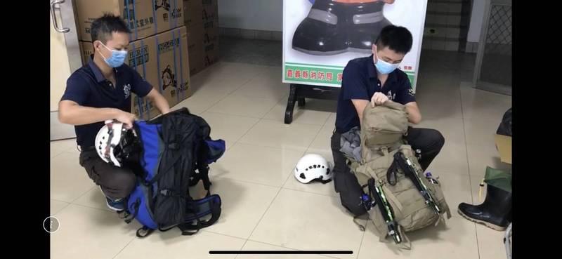 嘉義縣消防隊員進行救援任務整備工作。(嘉義縣消防局提供)