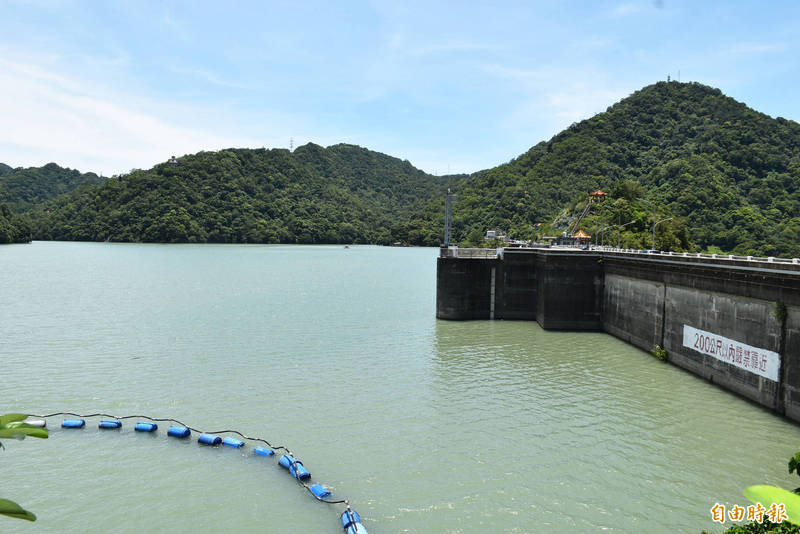 西南氣流及低壓帶影響帶來豐沛雨量,水位接近滿庫的石門水庫持續進行調節性放水。(記者李容萍攝)