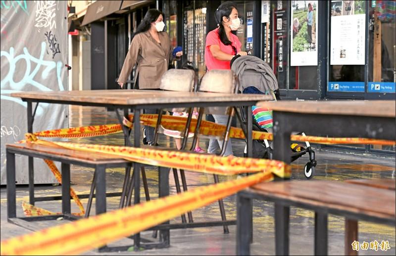 雙北餐飲業是否開放內用明天將宣布,圖為台北花博公園美食廣場的營業桌椅仍未「解封」。(記者廖振輝攝)