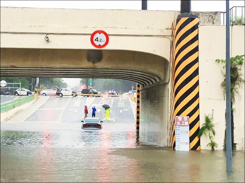 一輛奧迪轎車的車主,不聽警方指揮,衝進地下道,結果被水淹到拋錨。 (民眾提供)