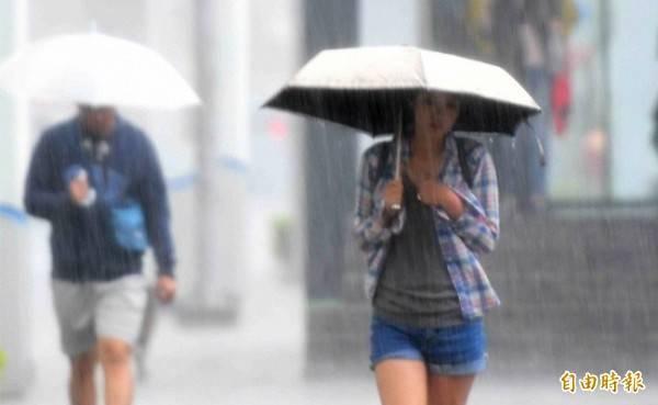 明日全台仍有降雨機率,民眾出門還是要攜帶雨具備用。(資料照)