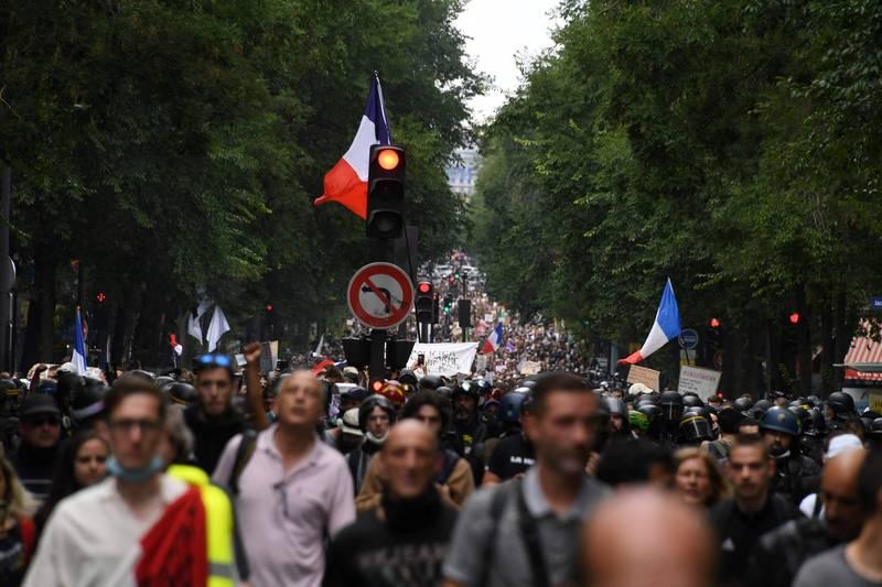 法國民眾因不滿政府防疫政策,在各地發起抗議活動,昨日(週六)又有超過20萬人上街,這也是連續第三週週末法國人上街表示反對健康通行證的規定,部分示威民眾更與警方爆發衝突。(法新社)
