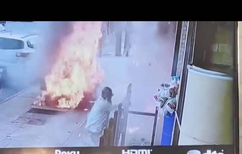 男子走在人行道上,水溝蓋竟突然爆炸,巨大的火焰從地底下竄出。(圖取自Twitter/PIX11 News)