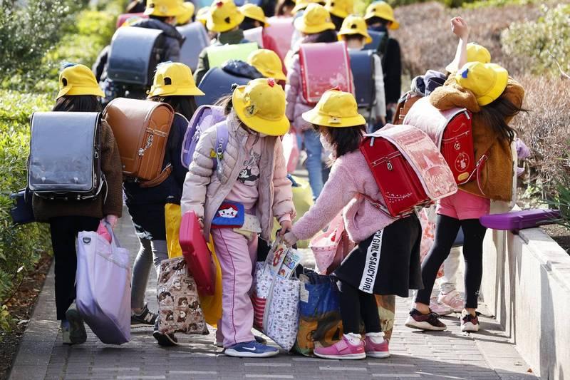 日本幼兒園5歲男童搭乘娃娃車時被忘在車上並遭到反鎖,最終不幸活活熱死。日本學童示意圖。(美聯社)