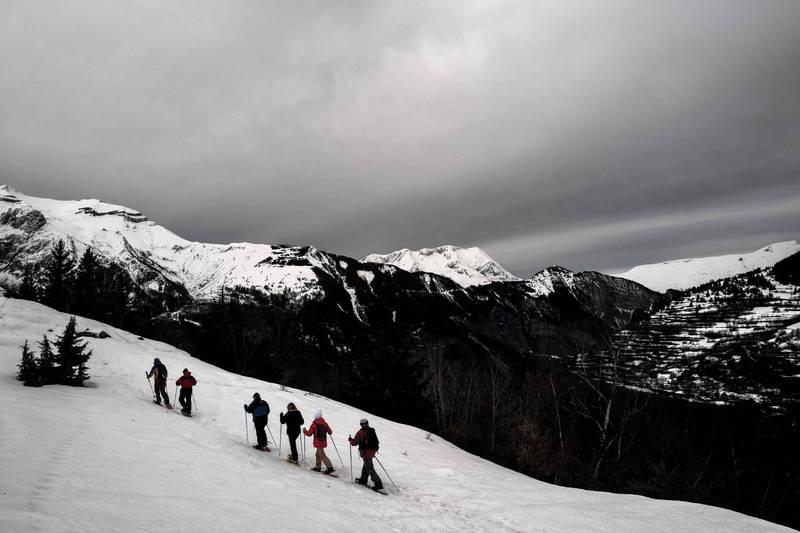 丹麥一名網紅前往阿爾卑斯山拍攝登山挑戰,意外失足從海拔198公尺的懸崖跌落。示意圖。(法新社)