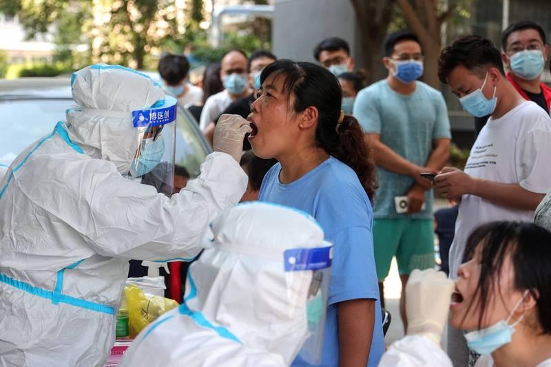 甫經歷重大水患的河南鄭州爆增12例確診、20例無症狀感染者,恐成為中國疫情新熱點。(法新社)