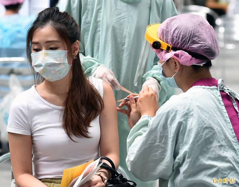 台北市疫苗涵蓋率至7月30日已達43.5%,市府繼續協調21間醫院提供第一劑疫苗特別門診,其中18間醫院提供AZ第二劑接種,16間醫院提供第1至3類及孕婦莫徳納第一、二劑接種。(記者朱沛雄攝)