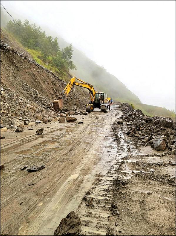 投89線力行產業道路15.8K處,昨日上午又有坍方落石,怪手到場清理。(高政光提供)