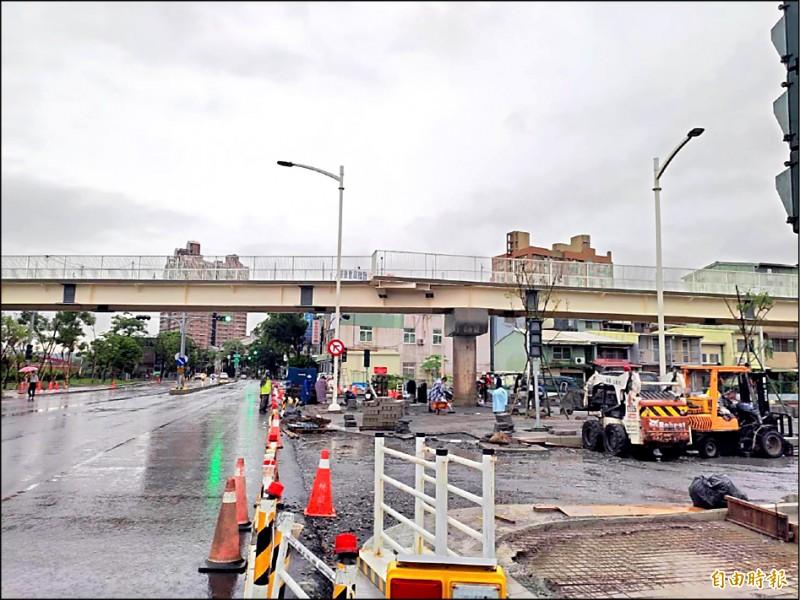 施工團隊冒雨進行愛河景觀橋下、地磚鋪設前置準備。(記者王榮祥攝)