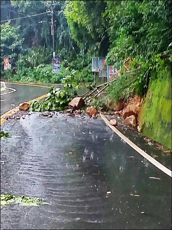 雲林山區縣道149線32.5公里華山路段,昨天上午發生邊坡土石坍方。(雲林縣府提供)