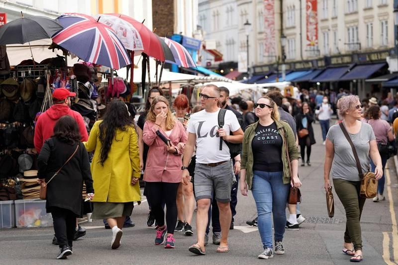 英國專家警告,武肺流感化將為英國帶來長期問題,未來每年仍將導致數千人、甚至數萬人死亡。圖為倫敦的波多貝羅路市集(Portobello Road market) 。(法新社)