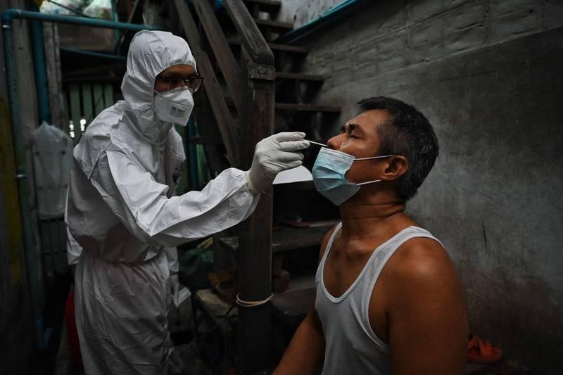 泰國僧侶馬哈蓬封投入抗疫行動,以報答信眾的布施。(法新社)