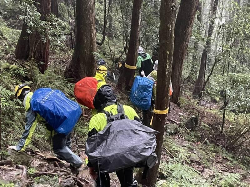 水漾森林迷途情侶救援任務相當艱辛。(嘉義縣消防局提供)