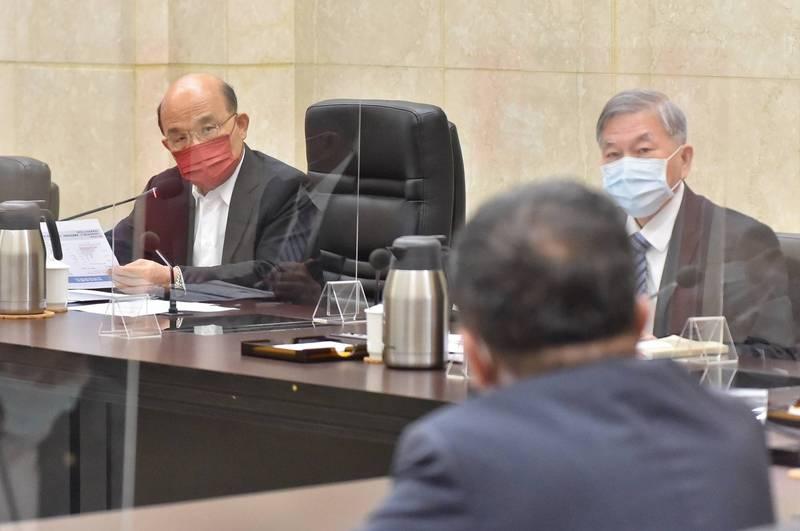 行政院長蘇貞昌今(2)日召開擴大防疫會議,針對全球疫情概況、防疫及醫療物資整備情形以及疫苗施打情形,以及警戒降為2級後相關管制措施執行情形等議題進行討論。(行政院提供)