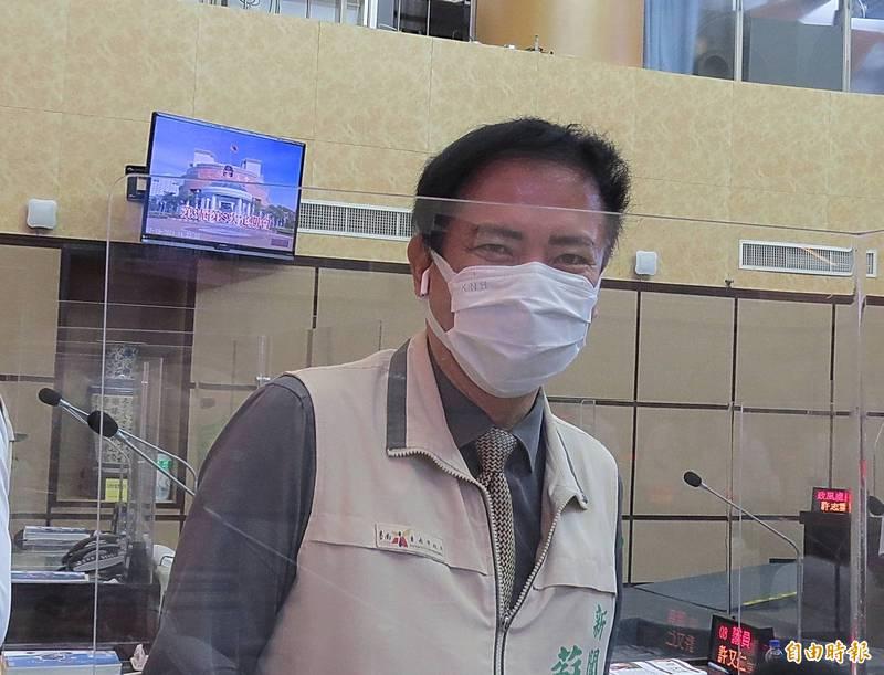 南市府新聞處長蘇恩恩說,他要打高端疫苗,支持國產疫苗。(記者蔡文居攝)