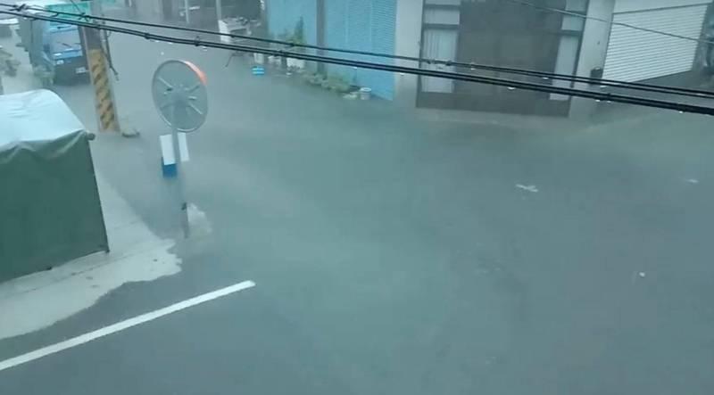 北港早上時雨量超過100公釐,市區淹水近2、30年最嚴重。(記者詹士弘翻攝)