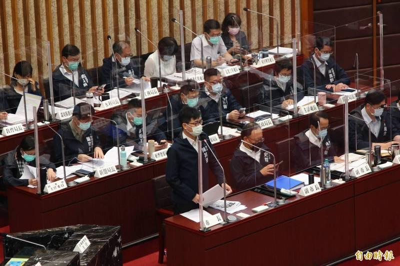 高雄市長陳其邁指出,針對六十五歲以上長輩施打第二劑疫苗,發通知書時會同時發意願調查書。(記者李惠洲攝)