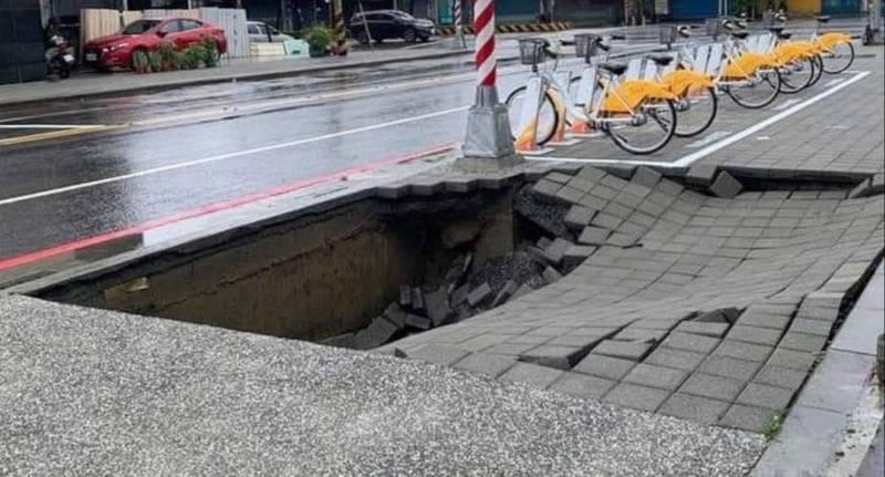 [新聞] 高雄持續大雷雨 鳳山勝利路人行道出現4x6