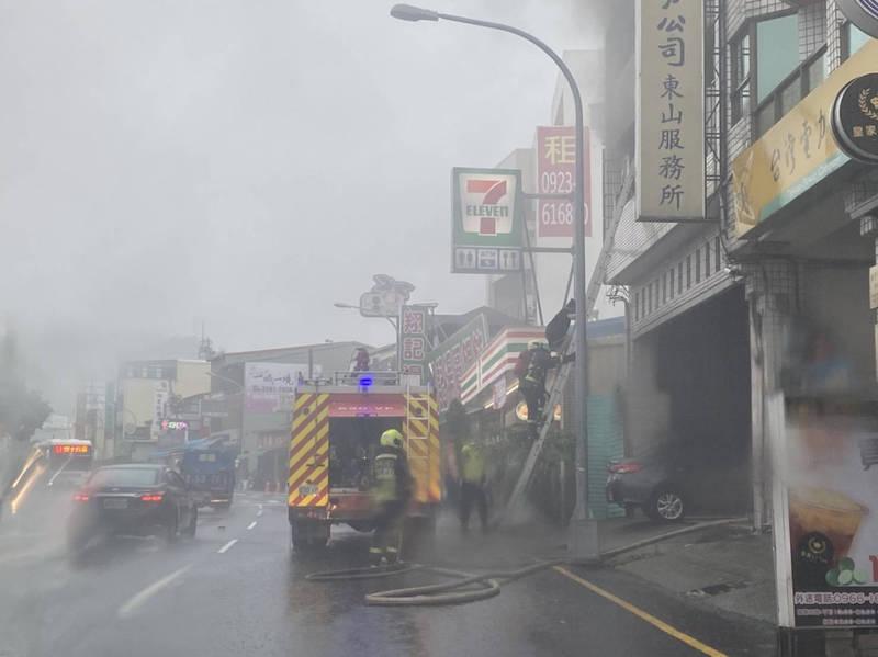 台中北屯區透天民宅在豪雨中傳出火警。(民眾提供)